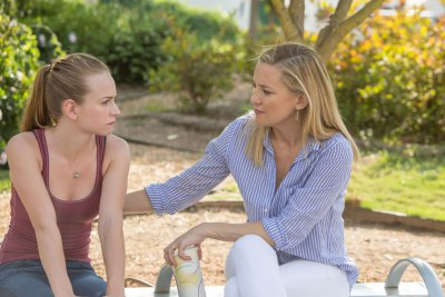 britt-robertson-and-kate-hudson-in-mothers-day